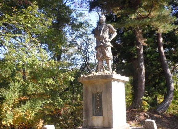 儀賀市郎左衛門の像